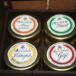 cutie cadou cu patru borcanele de specialitati cu miere